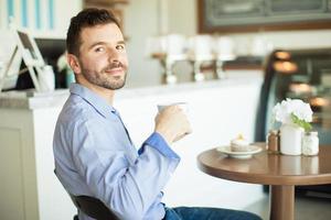 ik vind het heerlijk om zelf koffie te drinken foto