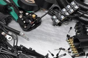 gereedschap en componentenset voor gebruik in elektrische installaties foto