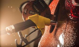 benzine dispenser in de auto. foto