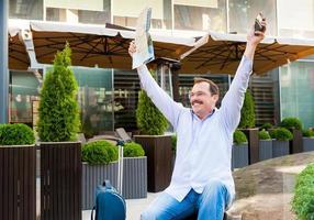 zakenman stadsplan zwaaien naar iemand. foto