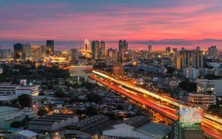 weg naar de stad zonsondergang Bangkok foto
