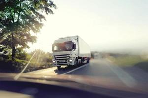 vrachtwagen op snelweg foto