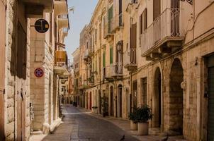 middeleeuwse Italiaanse straat in Trani foto