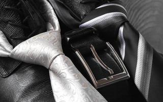 zwart lederen laars riem en stropdas foto