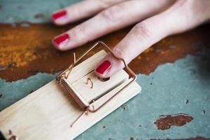 close-up van de vinger van de vrouw in muizenval foto