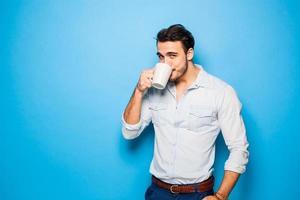 knappe volwassen man met casual kleding op blauwe achtergrond foto