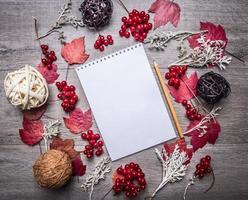 notebook herfst decoraties, lballs rotan, houten rustieke achtergrond bovenaanzicht foto