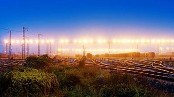 goederentrein platform bij zonsondergang met container foto