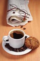 koffie met koekje en krant foto