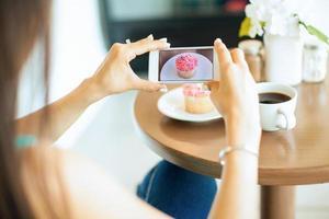 het fotograferen van voedsel in een coffeeshop foto
