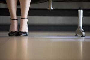close up van modieuze schoenen met hoge hakken foto