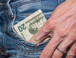 mannenhand met dollars in de zak foto