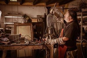 metaalarbeider die zich in workshop bevindt foto