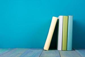 rij boeken, grungy blauwe achtergrond, gratis exemplaar ruimte