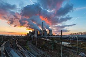 elektriciteitscentrale bij zonsondergang foto