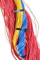 gekleurde elektrische kabels met kabelbinders foto