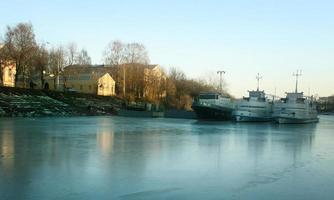 schepen op de bevroren rivier, boot parkeren foto