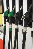 pompaansluitingen bij het tankstation (selectieve aandacht) foto