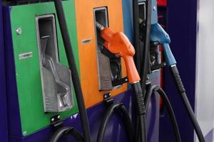 pompnozzles bij het benzinestation. foto