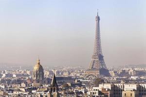vervuiling in Parijs, luchtfoto van de Eiffeltoren met smog