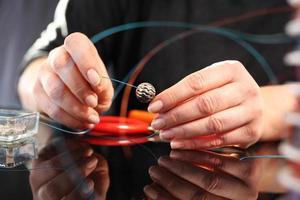 workshop sieraden, werken aan exclusieve sieraden foto
