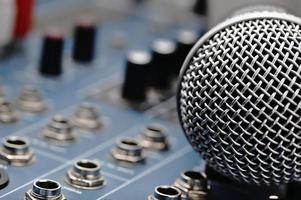 audiomixer en een zilveren microfoon.