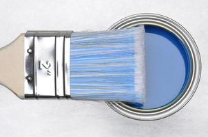 bovenaanzicht van blauwe verf kan met penseel foto