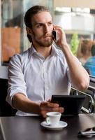 jonge man in een café foto
