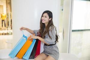 jonge vrouw winkelen in winkelcentrum foto