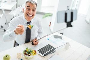zakenman die selfies neemt tijdens zijn lunchpauze foto