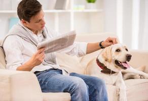 jonge man met hond foto