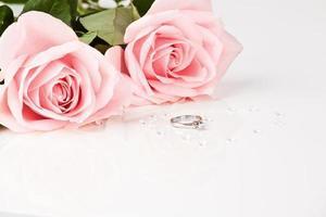 prachtige diamanten ring met roze rozen