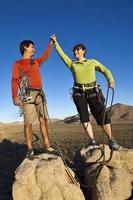 team van klimmers op de top. foto