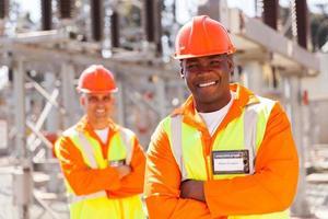 jonge Afro-Amerikaanse elektrotechnisch ingenieur in onderstation foto