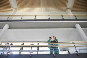 gezondheidswerkers kijken naar grafiek op balkon foto