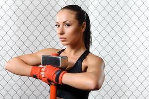 Sportvrouw met een hummer in de sportschool foto