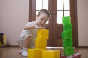 jongen torens bouwen van kleurrijke kubussen foto