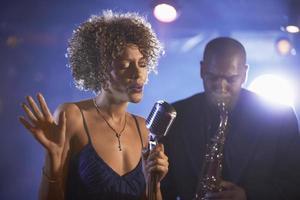 jazz-zangeres en saxofonist in uitvoering foto