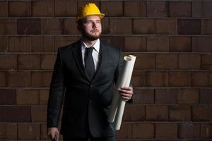 jonge bouwvakker met blauwdruk foto