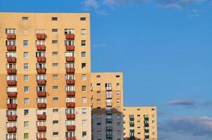 de gevel van een residentiële hoogbouw foto