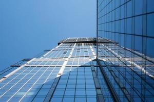 hoogbouw op blauwe hemel, onderaanzicht foto