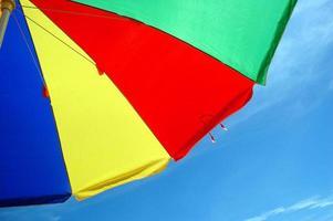 kleurrijke paraplutent met blauwe hemelachtergrond foto