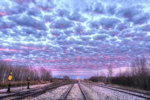 spoorwegsporen bij zonsondergang