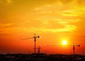 hoogspanningspost. hoogspannings toren hemelachtergrond. foto