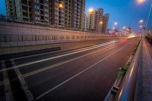 lege snelweg 's nachts foto