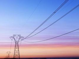 hoogspanningslijnen bij zonsondergang foto