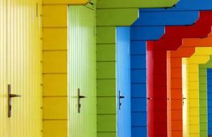 kleurrijke houten strandchalets foto