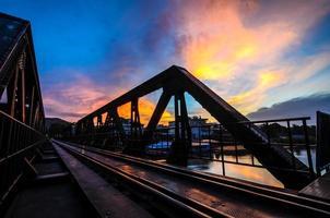zonsopgang en brug over de rivier de kwai