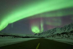aurora borealis boven de weg foto