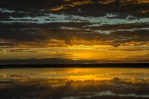 zonsopgang boven Lake Eyre, Australië (luchtfoto)